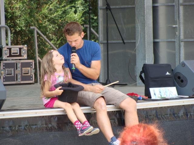 Kindermusiker aus der Eifel ♫ Uwe Reetz ♫ Mit einem Mädchen auf der Bühe
